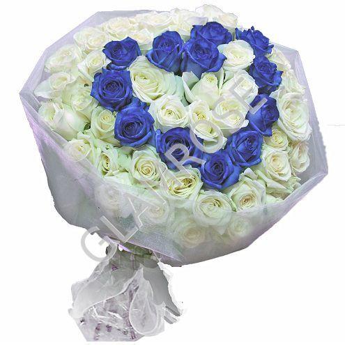 Букет из синих и белых цветов